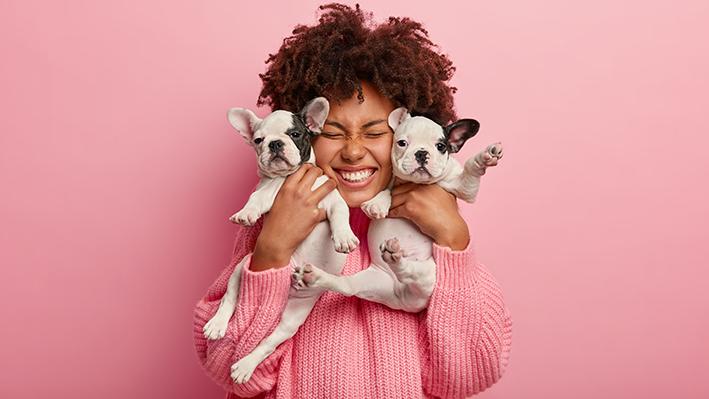 mulher abraçando dois cães