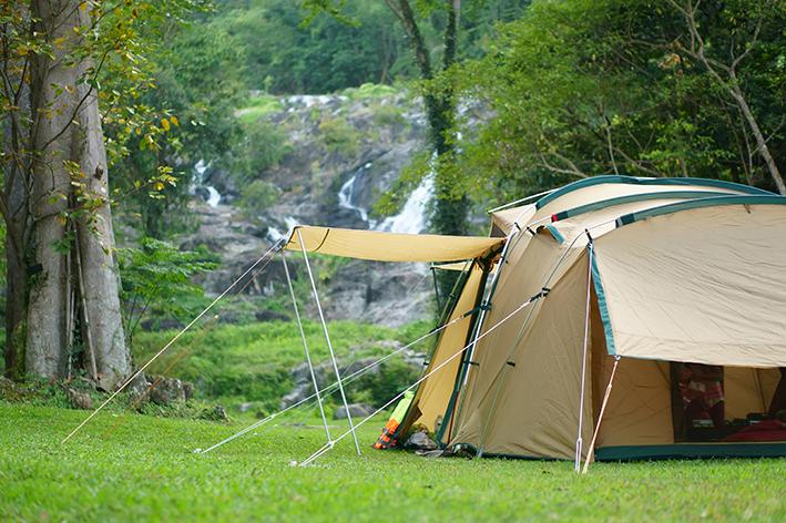 Barraca para camping na grama