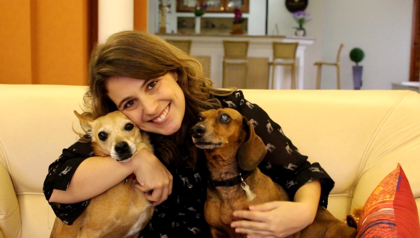Alê, cadela paraplégica, e sua tutora Patrícia