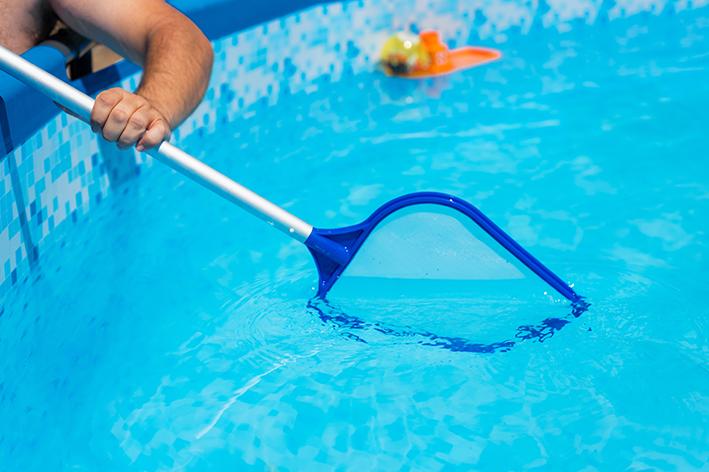 A importância da peneira, da limpeza do revestimento e da aspiração do fundo da piscina