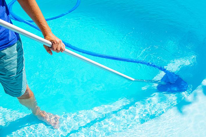 Aspirar o fundo da piscina